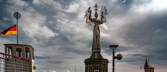 Sich drehende Imperia Statue im Hafen von Koblenz (Flickr.com / Bernd Thaller, [url=https://creativecommons.org/licenses/by/2.0/]CC BY 2.0[/url])