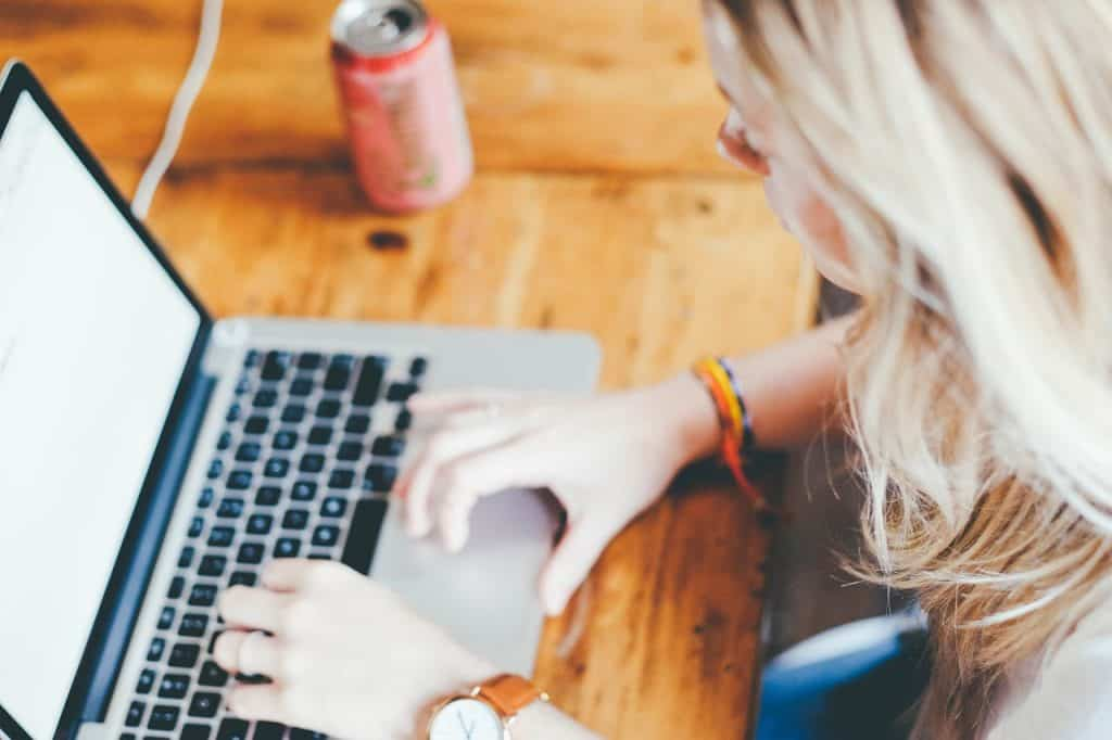 Internetanschluss Zuhause: Frau am Laptop
